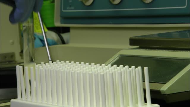 vídeos de stock e filmes b-roll de syringing plasma, university of washington, seattle, usa - universidade de washington
