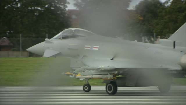 vidéos et rushes de bae systems announces two thousand job losses england lancashire warton ext various of eurofighter typhoon aircraft undergoing test flight... - lancashire