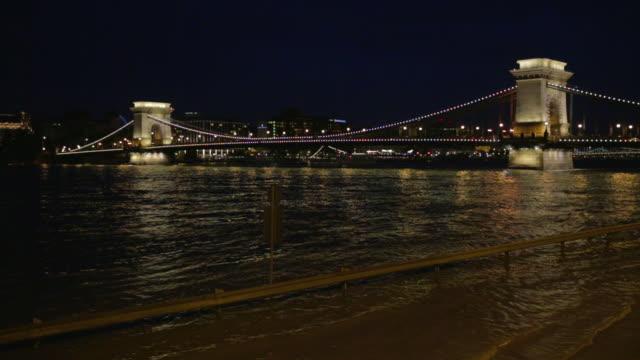 vídeos de stock e filmes b-roll de szã©chenyi chain bridge at night - ponte das correntes ponte suspensa