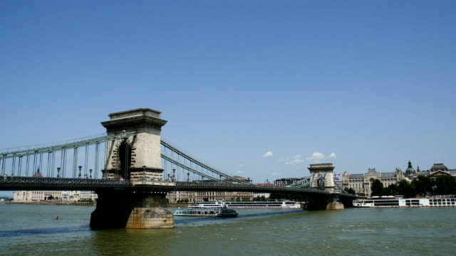 szã©chenyi chain bridge, over the danube river, budapest - chain bridge suspension bridge stock-videos und b-roll-filmmaterial