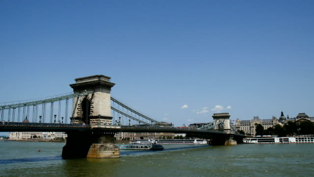 szã©chenyi chain bridge, view towards the danube river, budapest - chain bridge suspension bridge stock-videos und b-roll-filmmaterial