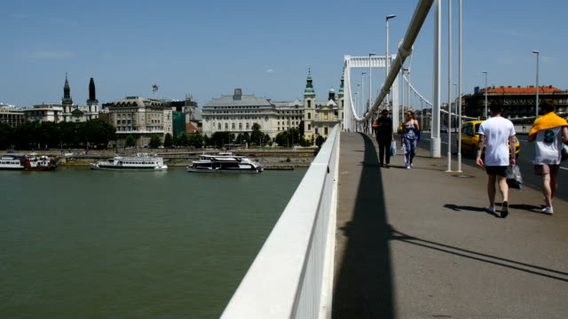 szã©chenyi chain bridge, view towards the danube river, budapest - chain bridge suspension bridge stock videos & royalty-free footage