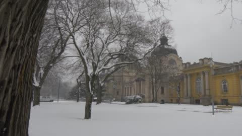 szechenyi thermal baths exterior during winter, budapest, hungary, europe - budapest bildbanksvideor och videomaterial från bakom kulisserna