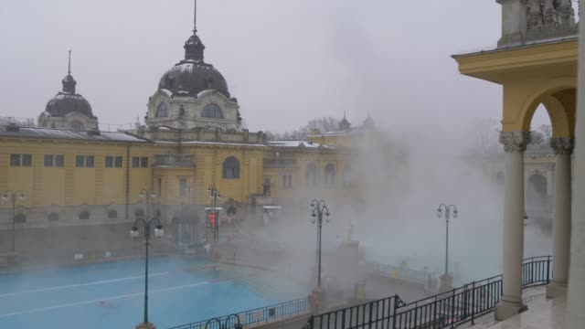 vídeos de stock, filmes e b-roll de szechenyi thermal baths interior during winter, budapest, hungary, europe - budapest