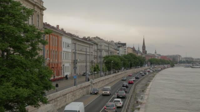 stockvideo's en b-roll-footage met sztehlo gabã³r street from the szã©chnyi chain bridge, facing north - kettingbrug hangbrug