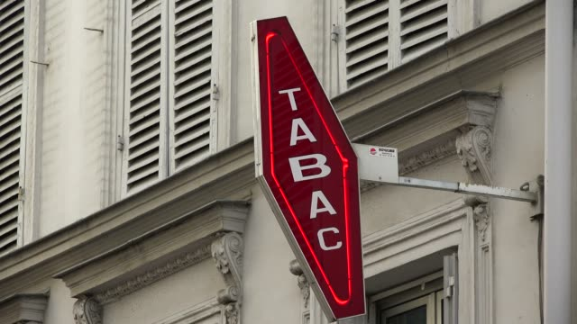 stockvideo's en b-roll-footage met tabac shop, paris, france, europe - franse cultuur
