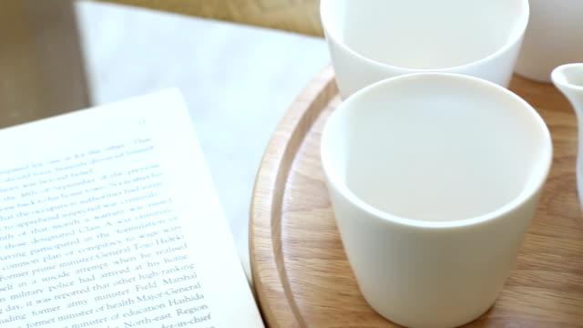 コーヒーテーブルとリーディング 4 k - cup点の映像素材/bロール