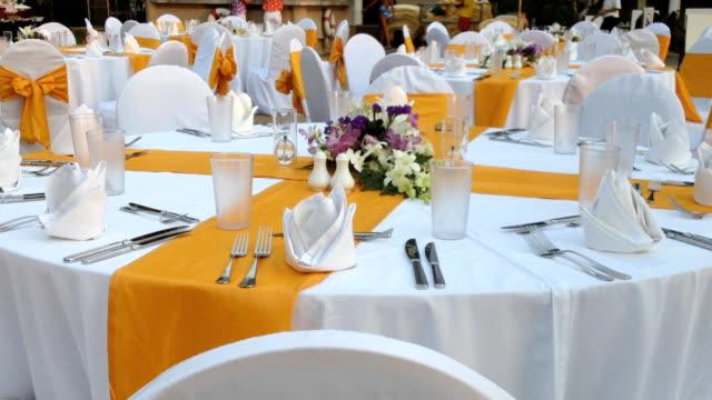 vídeos de stock e filmes b-roll de decoração de mesa - banquete