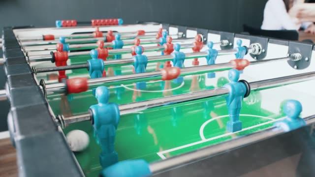 tabelle fußball-nahaufnahme - klein stock-videos und b-roll-filmmaterial