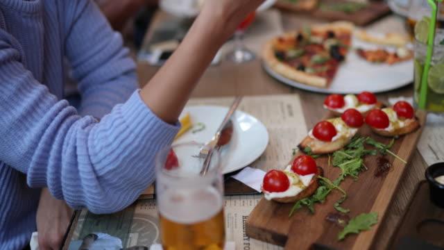vídeos de stock, filmes e b-roll de mesa cheia de comida ao ar livre em restaurante - almoço