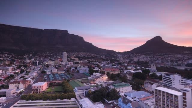 vídeos de stock e filmes b-roll de table mountain at sunset, cape town, western cape, south africa, africa - montanha da mesa áfrica do sul
