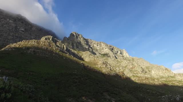 table mountain footpath. - ライオンズヘッド点の映像素材/bロール