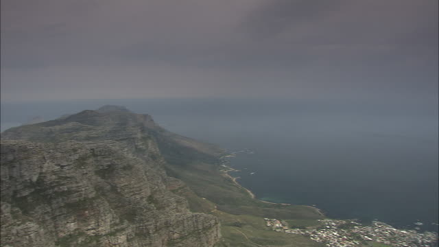 table mountain rises above cape town and its harbor. - 半島点の映像素材/bロール