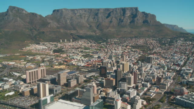 table mountain towers over cape town. available in hd. - ライオンズヘッド点の映像素材/bロール