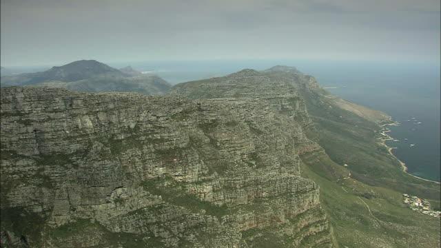 ws pan table mountain under hazy sky / cape town, western cape, south africa - テーブルマウンテン国立公園点の映像素材/bロール