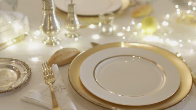 vidéos et rushes de table dressée pour noël. - éléments de décoration intérieure