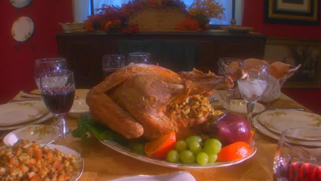 vídeos de stock e filmes b-roll de table set for thanksgiving, crane shot, slow motion, close up - banquete