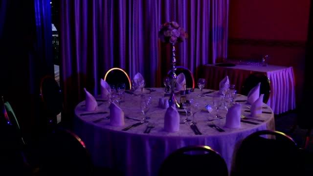 結婚披露宴のテーブルのセットアップ - 高校卒業ダンスパーティ点の映像素材/bロール