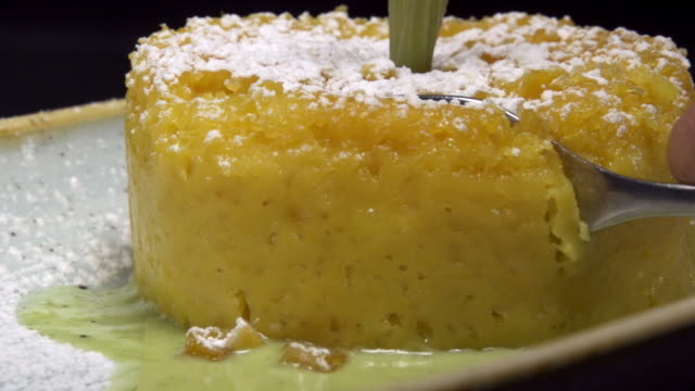 stockvideo's en b-roll-footage met table top corn cake - supersensorisch