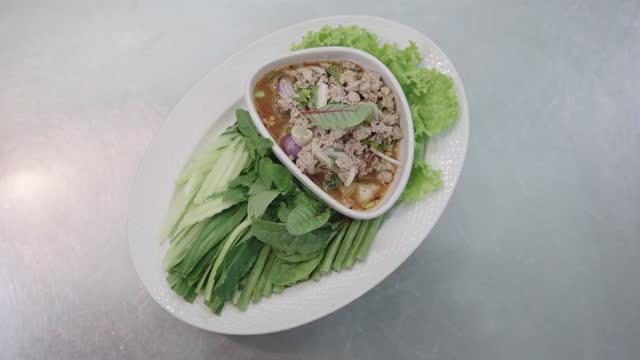 tischansicht des thailändischen würzigen hackfleischsalats mit frischem gemüse, das sich auf dem tisch dreht. - table top view stock-videos und b-roll-filmmaterial