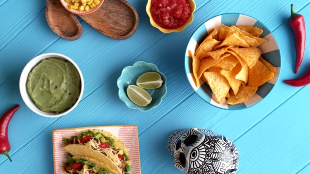 stockvideo's en b-roll-footage met tafelblad met mexicaans eten. - table top shot