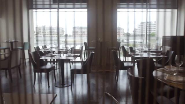 vidéos et rushes de tables set for service in empty restaurant - salle attente