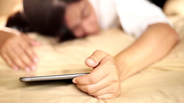 tablet sveglia - sonnecchiare video stock e b–roll