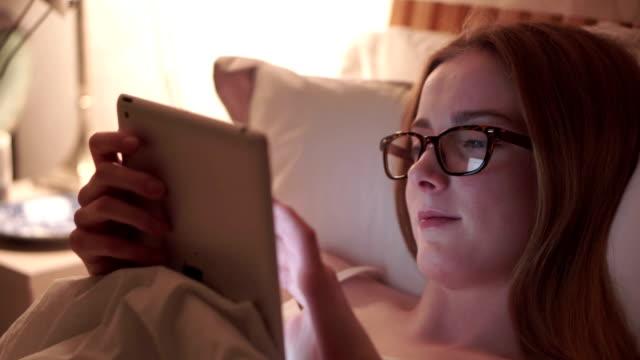 tablet-bett gemütlich - ausgefranst stock-videos und b-roll-filmmaterial