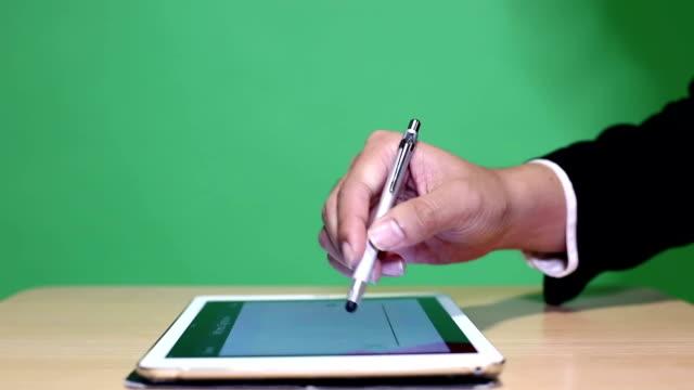 tablett digital signatur - autograf bildbanksvideor och videomaterial från bakom kulisserna
