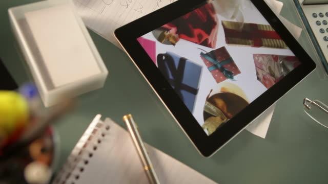 vídeos de stock, filmes e b-roll de tablet presentes co bu - alcançar