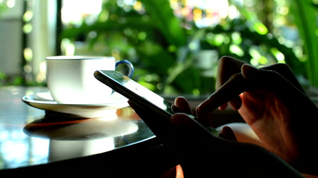 vidéos et rushes de tablette matin fille li cm inf bu - messagerie en ligne