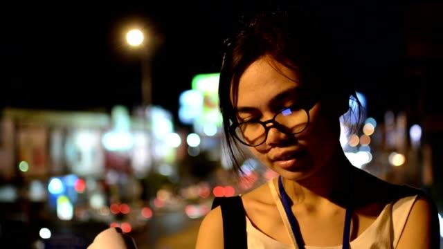 タブレット夜のウィンドウ - 気を惹く点の映像素材/bロール