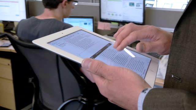Tablet-PC im Büro zu Fuß