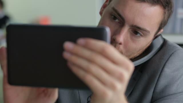 tablet phone    cm - kommunikationssätt bildbanksvideor och videomaterial från bakom kulisserna