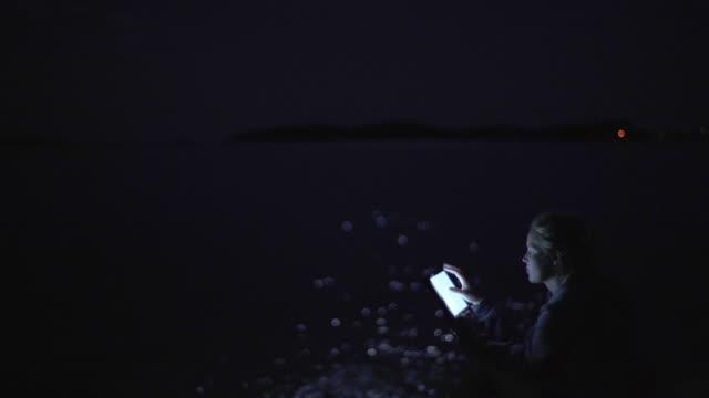 Tablet lezen van een boek in de nacht.