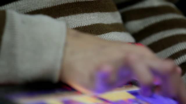 tablet - menschlicher finger stock-videos und b-roll-filmmaterial