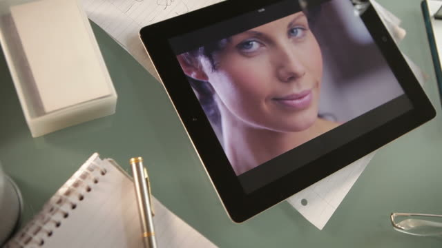 tablet wink co - privatsphäre stock-videos und b-roll-filmmaterial