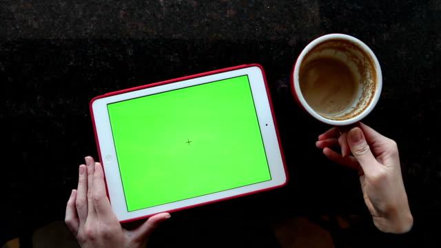 vidéos et rushes de tablette avec écran vert allongez-vous sur une table - couverture de livre