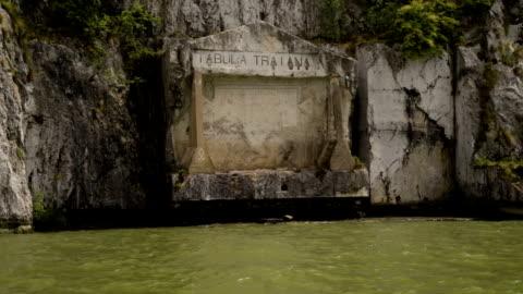 vídeos y material grabado en eventos de stock de tabula traiana en el sitio fluvial del danubio del antiguo imperio romano - cristianismo