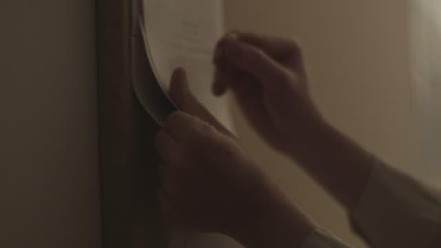 tacking paper on bulletin board - 画鋲点の映像素材/bロール