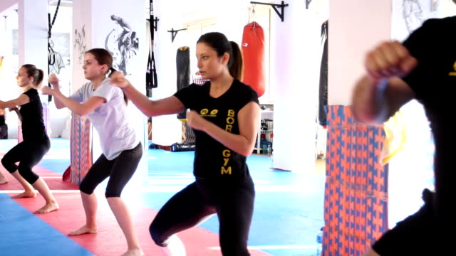 Tae Bo training im Fitness-Studio in Gruppe