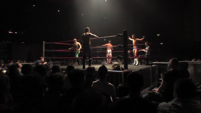 vidéos et rushes de tag teams warm up before their wrestling match. - performance athlétique