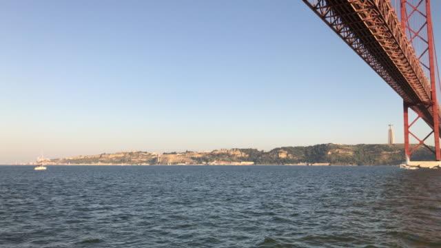リスボンのテージョ川と 4 月 25 ブリッジ - 4月25日橋点の映像素材/bロール