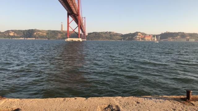 リスボンのテージョ川 - 4月25日橋点の映像素材/bロール