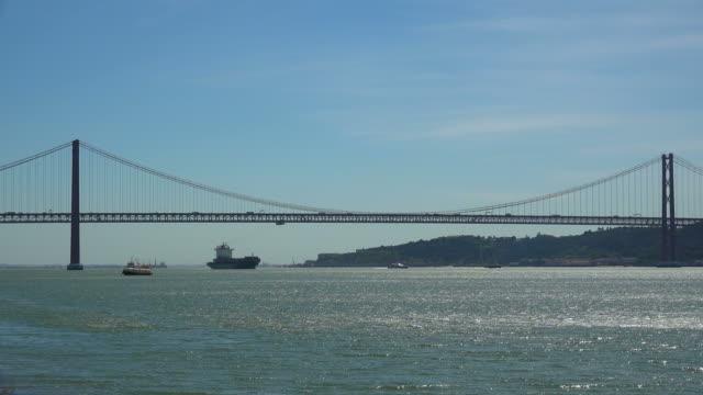 tagus river near the ponte 25 de abril, belem, lisbon, portugal - 4月25日橋点の映像素材/bロール