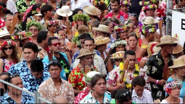 vídeos y material grabado en eventos de stock de tahiti entra al libro de los records guinness con el mayor numero de personas tocando ukelele a la vez - libro mayor