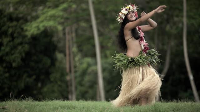 vidéos et rushes de tahitian female hula dancer in grass skirt barefoot - grâce