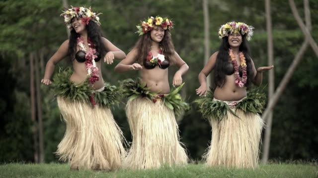 vidéos et rushes de tahitian hula dancers performing barefoot in traditional costume - grâce