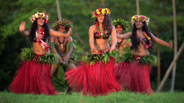 tahitian hula dancers performing barefoot in traditional costume - polynesian culture stock videos & royalty-free footage