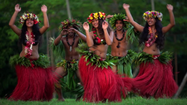 stockvideo's en b-roll-footage met tahitian hula dancers performing barefoot in traditional costume - tahiti